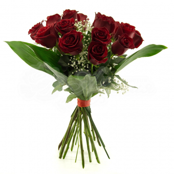 Букет из 15 Эквадорских красных роз с зеленью